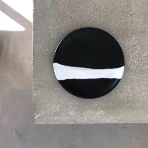 assiette a dessert en céramique noire mat en blanche annette van ryhsen