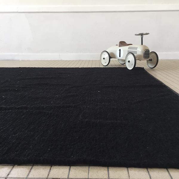 tapis marron en coton et lin tissé à la main au portugal