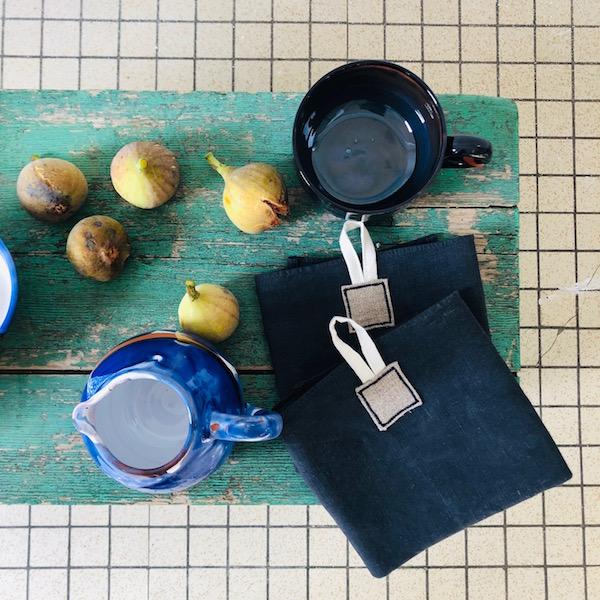 torchon en lin ancien teinté en bleu ana deman france vendee art de la table figue céramique annette van ryhsen