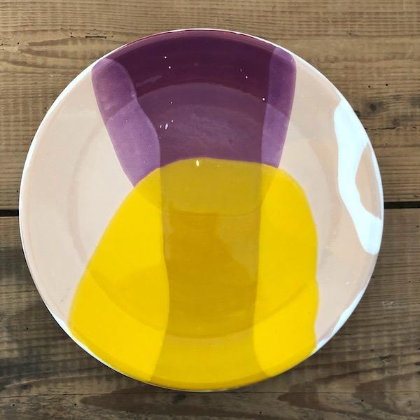 assiette en ceramique fait main en vendee par annette van ryhsen jaune, violet