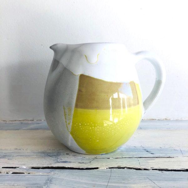 pichet rond en ceramique jaune, blanc fait a la main en vendee