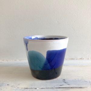 mini mug bleu et blanc en ceramique fait main en vendee par annette van ryhsen